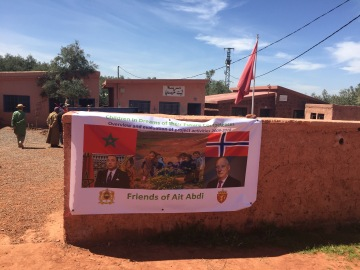 The wall round the school was decorated with banner showing the kings og Morocco and Norway.